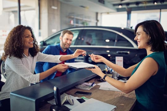 Couple buying a new car and negotiating savings